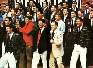 1950年代に今や超名門と知られるハーバード大学等の間で結成されたフットボールの連盟があり、そこに所属してた人たちが来ていたファッション、それがアイビー・ルック